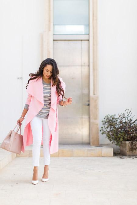 Девушка в розовом плаще, белые бриджи и серый полосатый свиншот