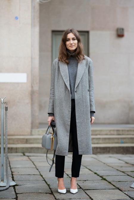 Девушка в сером пальто и серой водолазке