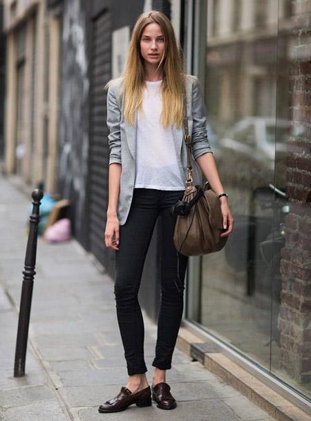 Девушка в сером жакете и брюках