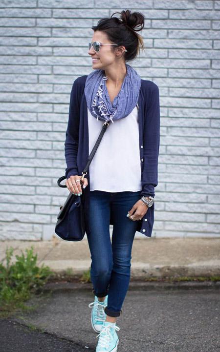 Девушка в шарфе и синем кардигане