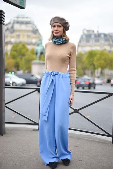 Девушка в широких голубых штанах и берете