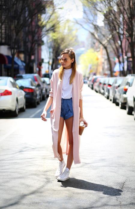 Девушка в шортах и белой водолазке