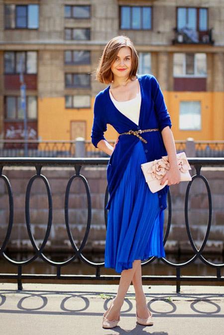 Девушка в синей юбке и синем кардигане