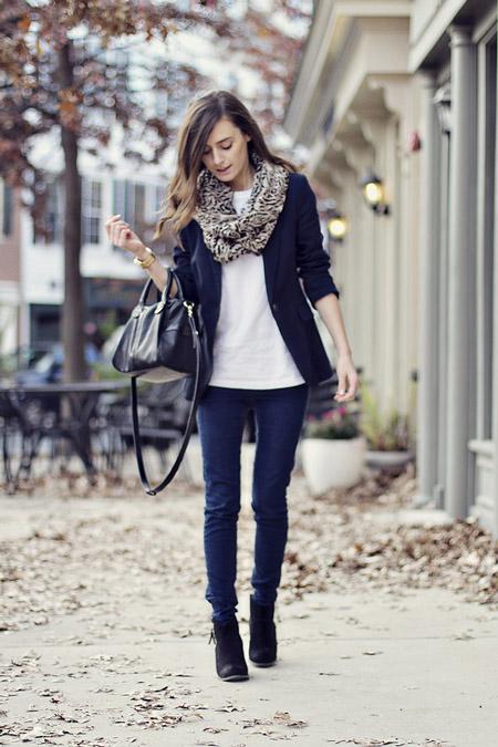 Девушка в синих джинсах и жакете