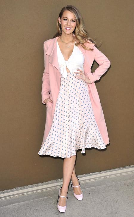 Девушка в светло розовом плаще и белом платье с принтом, туфли