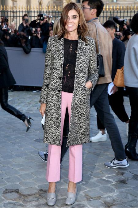 Девушка в светло розовых брюках капри, черно белм пальто и черной кофточке