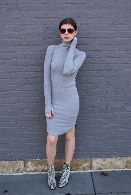Девушка в светло-сером платье