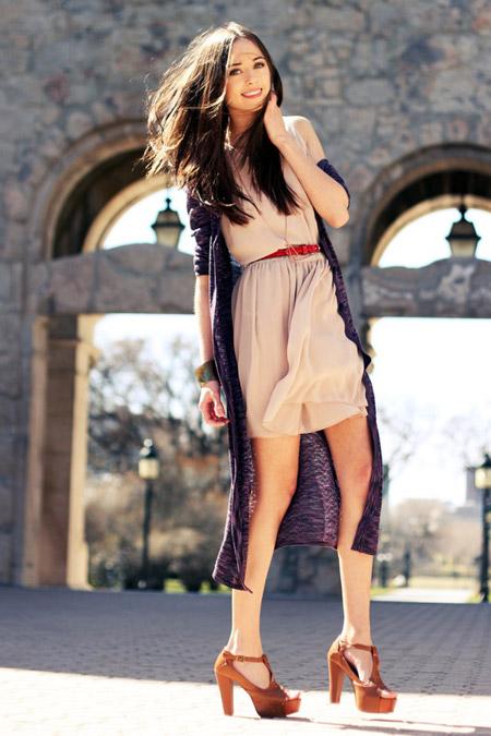 Девушка в светлом коротком платье