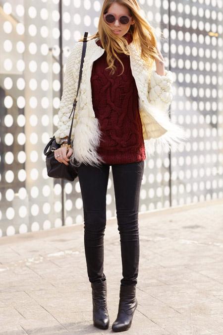Девушка в светлом теплом пальто