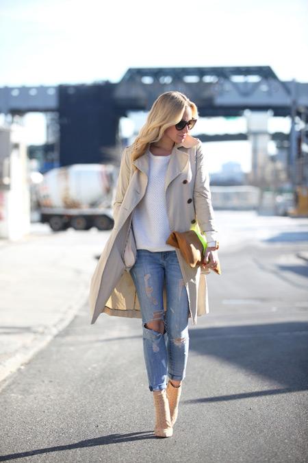 Девушка в светлых джинсах и бежевом плаще