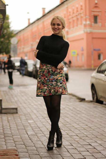 Девушка в цветной юбке и водолазке
