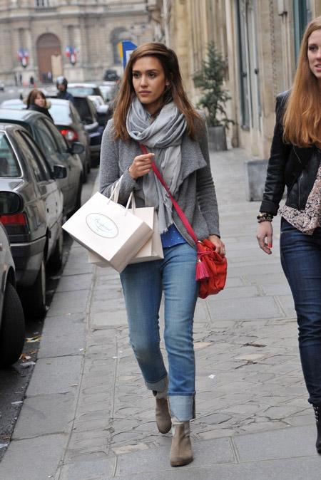 Джессика Альба с красной сумкой