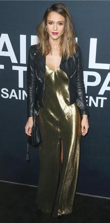 Джессика Альба в длинном золотистом платье и кожанке