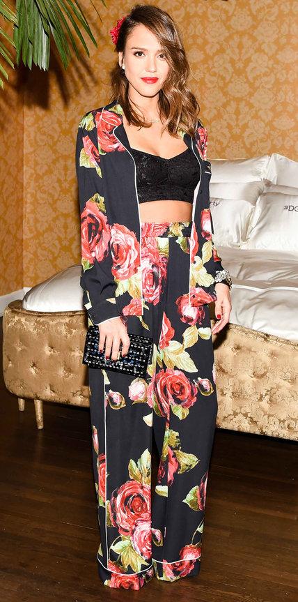 Джессика Альба в цветочной пижаме от DG