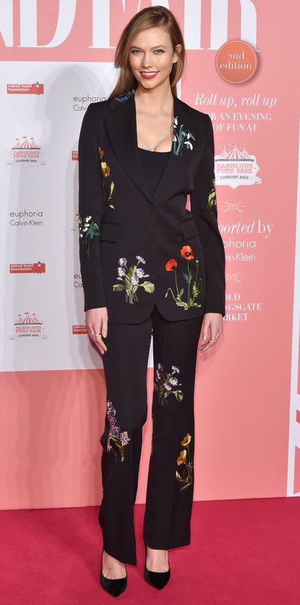 Карли Клосс в брючном костюме, расшитомцветами