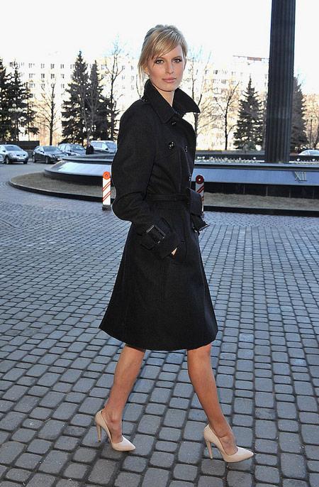 Каролина Куркова в черном плаще