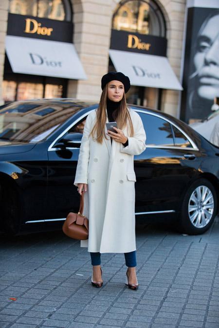 Мирослава Дума в белом пальто и черном берете