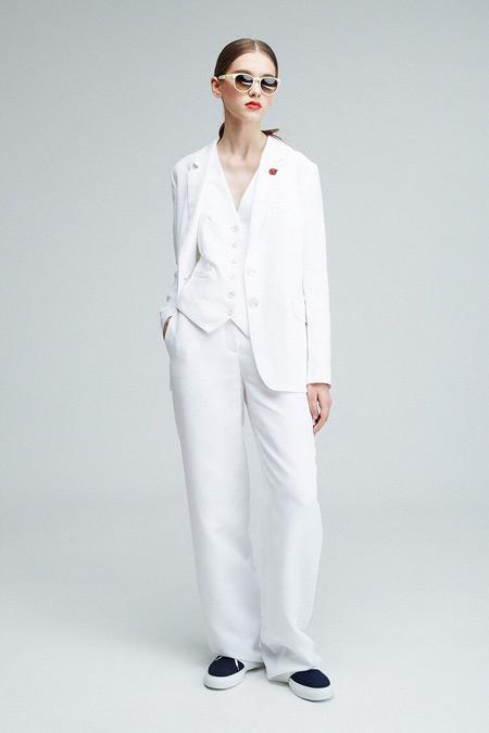 Модель в белом костюме от Александра Терехова