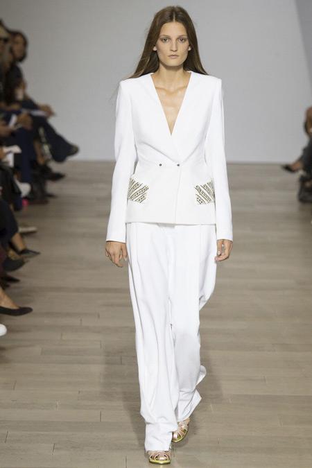 Модель в белом костюме от Antonio Berardi