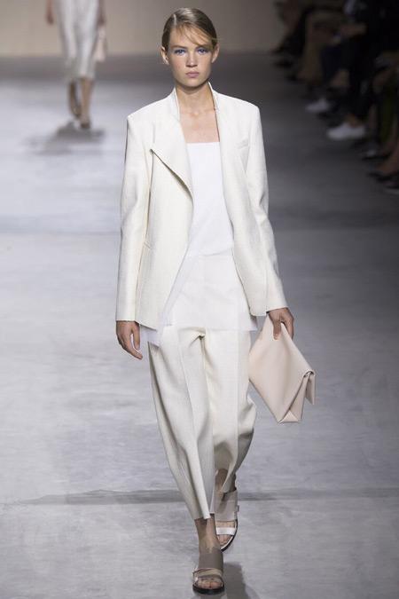 Модель в белом костюме от Boss Hugo Boss