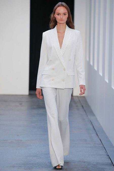 Модель в белом костюме от By Malene Birger