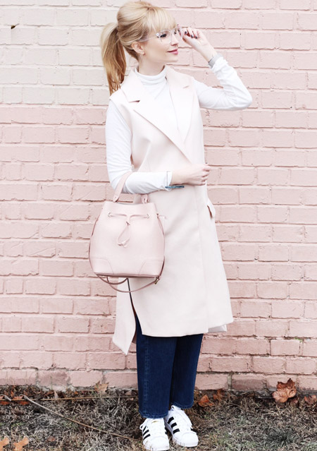 Модель в белых кедах с полосками, светлый плащ,белая водолазка и сумочка