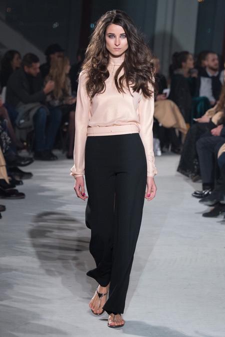 Модель в брюках и блузке от Chapurin