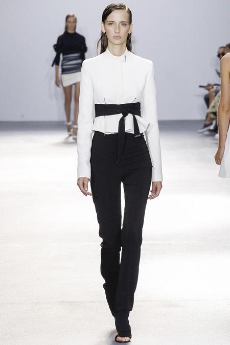 Модель в брюках от David Koma