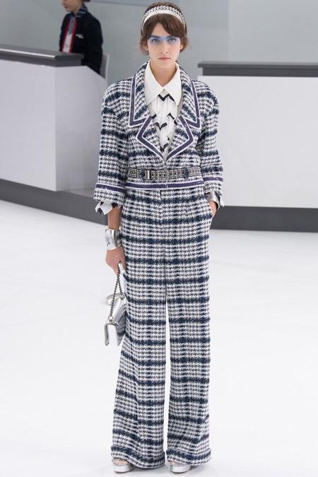 Модель в костюме от Chanel