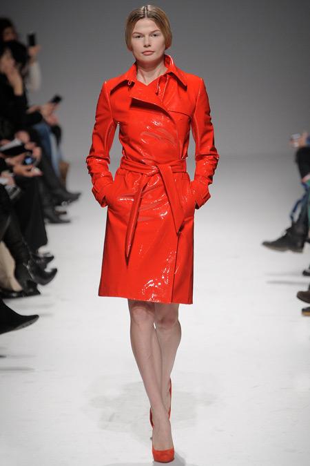 Модель в красном кожаном плаще