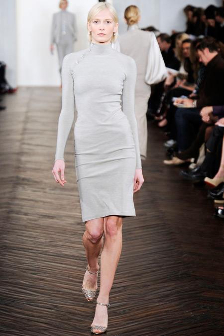 Модель в платье-водолазке