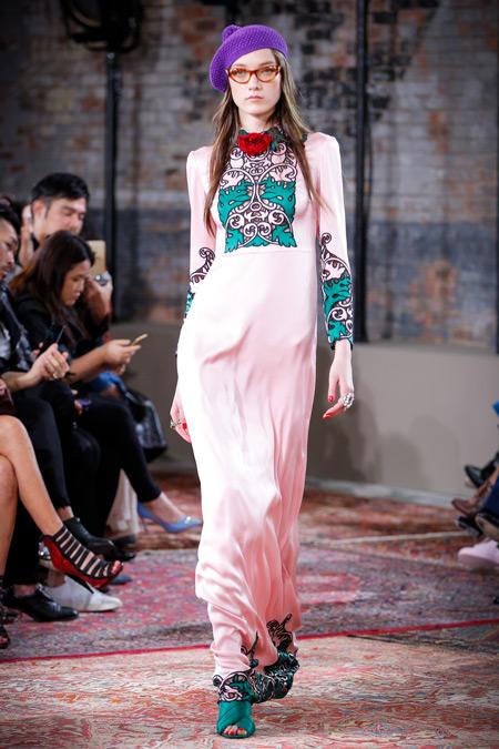 Модель в розово платье и фиолетовом бирете, показ Gucci