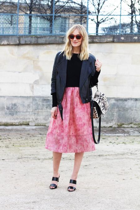 Модель в розовой юбке миди, куртка косуха, черная кофточка и босоножки