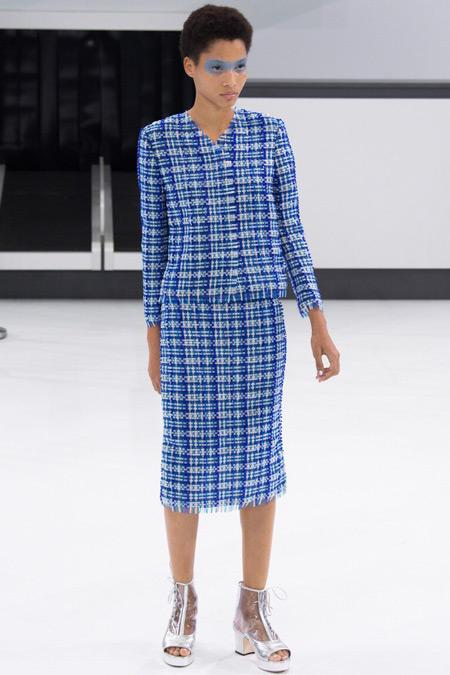 Модель в синем костюме от Chanel