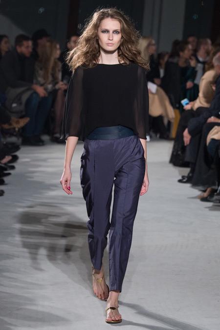 Модель в синих брюках от Chapurin