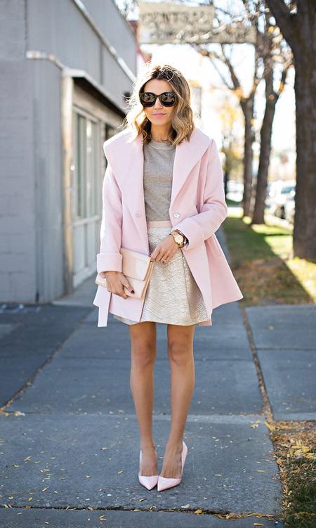 Модель в светло розовом пальто с поясом, розовая мини юбка, клатч и розовые туфли лодочки