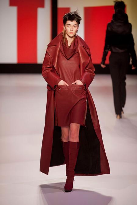 Модель в темно-красном плаще