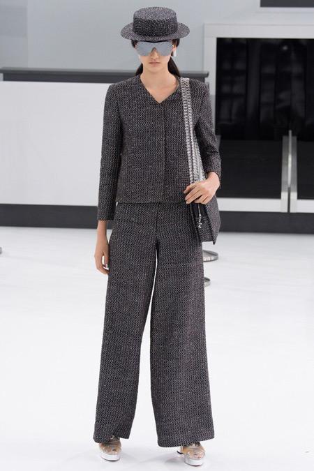 Модель в темном костюме от Chanel