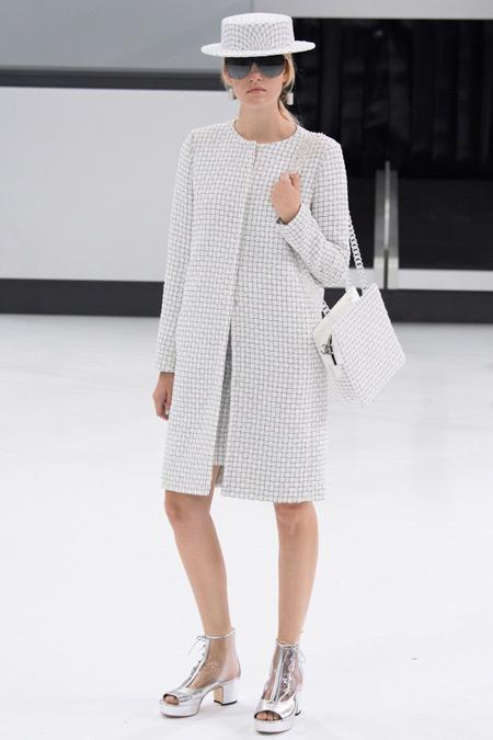 Модель в тренче от Chanel