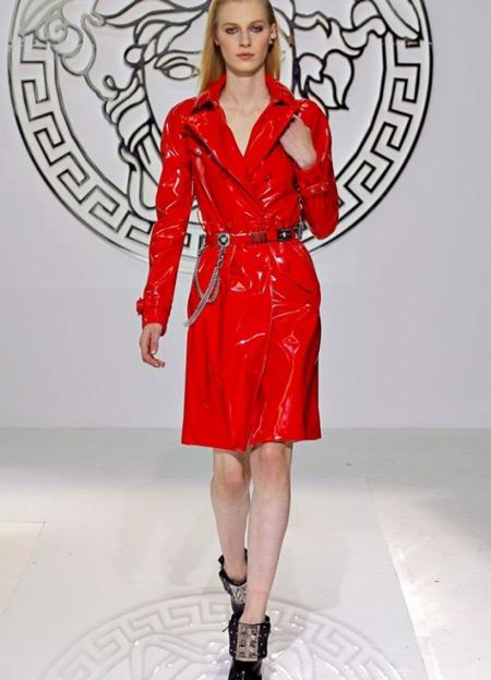 Модель в ярком красном плаще