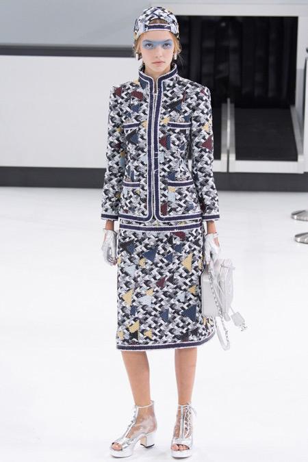 Модель в юбке от Chanel