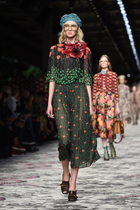 Модель в зеленой юбке и берете, показ Gucci