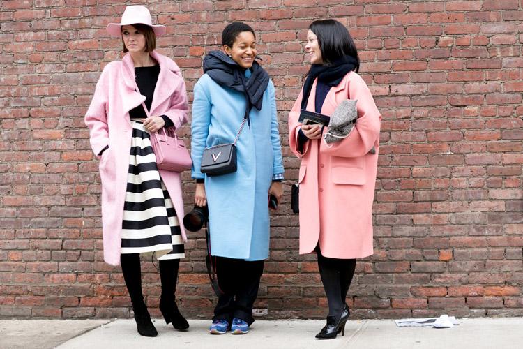 Модели в розовом пальто