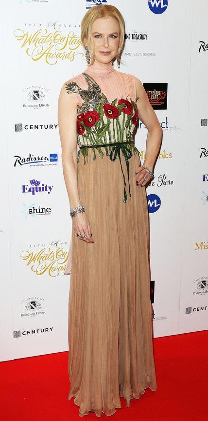 Николь Кидман в длинном платье с принтом цветов и птицы