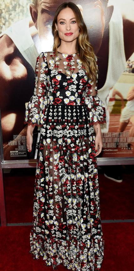 Оливия Уайлд в длинном платье в красно-белые цветочки