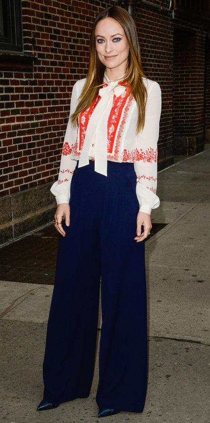 Оливия Уайлд в широких брюках и расшитой блузке