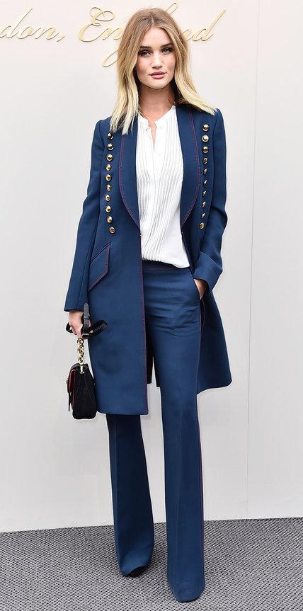 Роузи Хантингтон-Уайтли в синем брючном костюме и белой блузе
