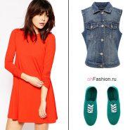 Лук с оранжевым платьем, джинсовой жилеткой и кедами