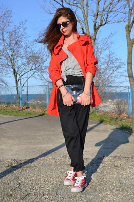 плащ-майка-брюки-чинос-низкие-кроссовки-клатч-солнцезащитные-очки-large-9873