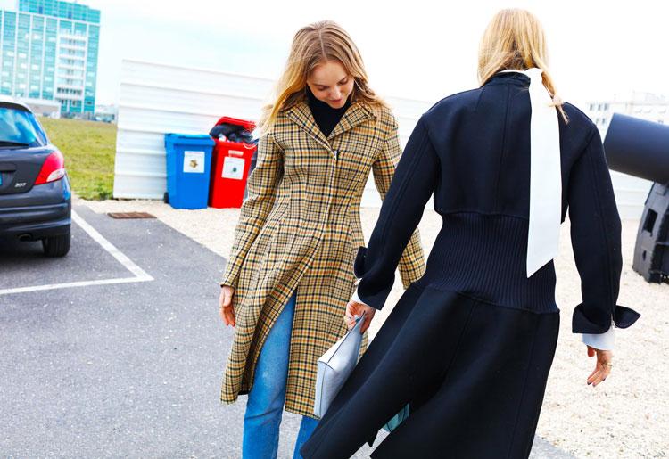Alexandra Carl в синих джинсах, водолазке и бежевом клетчатом пальто